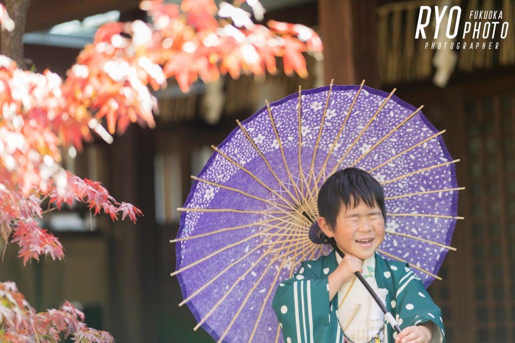 福岡の出張撮影サービス「RYO PHOTO(リョウフォト)」の出張カメラマン山口が福岡で出張撮影した七五三の男の子の傘をさしている写真