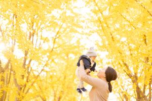 紅葉と家族の写真