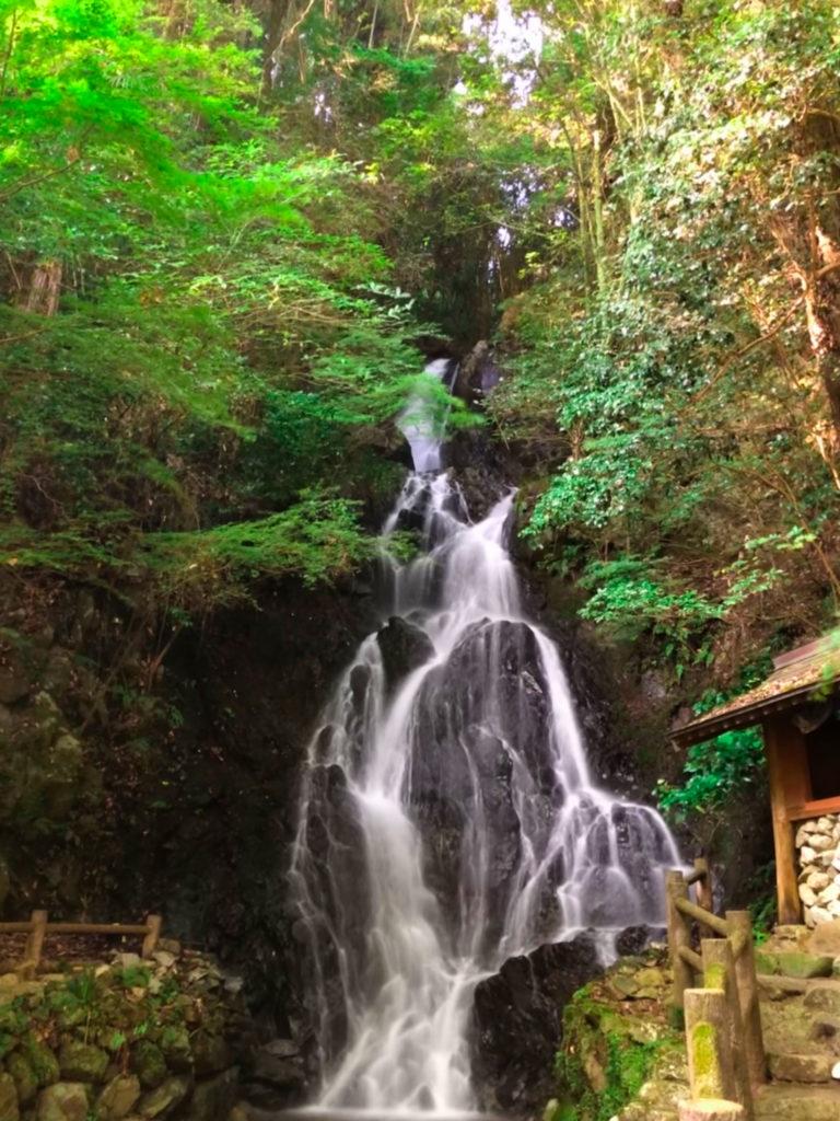 スマホで長時間露光で撮影した滝の写真