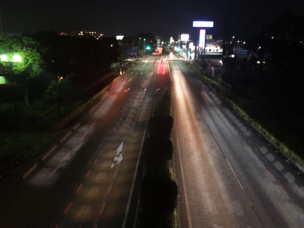 スマホで長時間露光で撮影した夜の道路の写真
