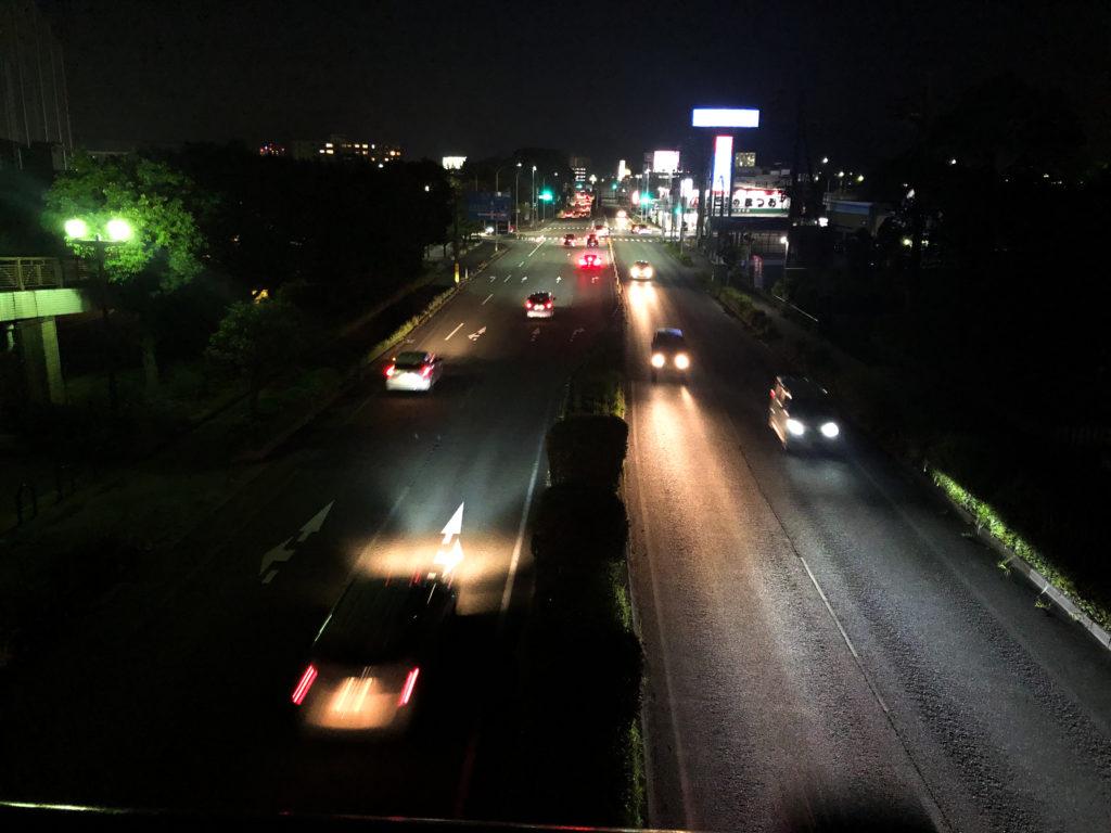 スマホで撮影した夜の道路の写真