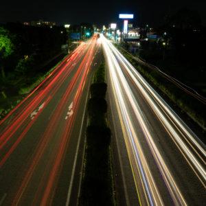 車が走る夜の道路の写真