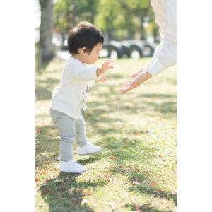 歩き出した子供の写真
