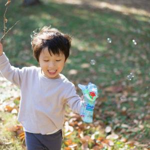 紅葉の季節の男の子の写真