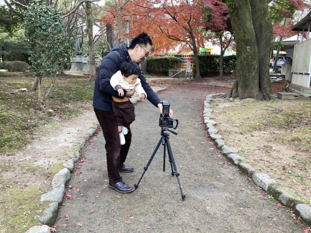 紅葉背景の親子の写真の撮影風景