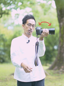 カメラの構え方の写真